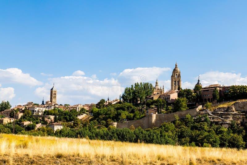 Vista di Segovia Città Vecchia di estate dal campo accanto alla La Vera Cruz, Spagna di Iglesia de immagini stock