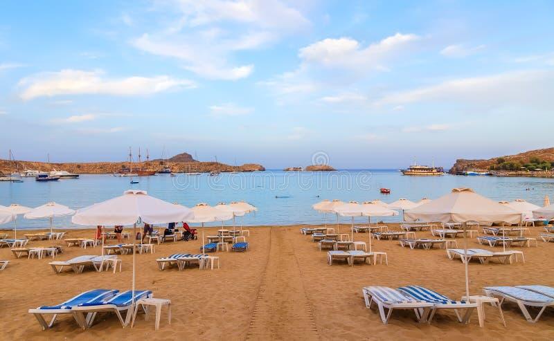 Vista di sera al tramonto sulla spiaggia sbalorditiva a Lindos sull'isola greca di Rodi immagine stock libera da diritti