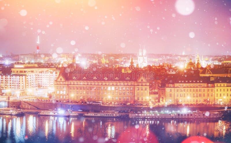 Vista di sera del fiume e dei ponti della Moldava a Praga, r ceca immagini stock