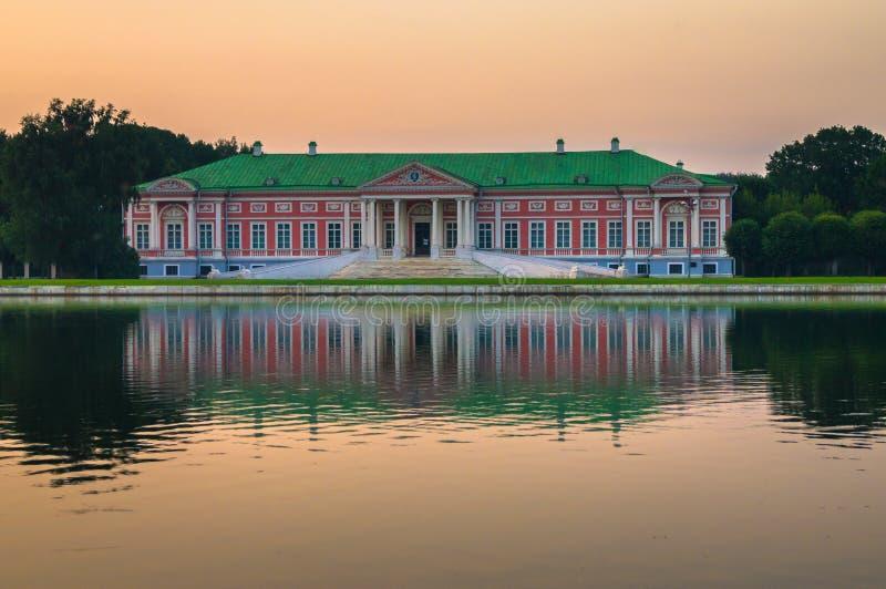 Vista di sera del museo Kuskovo, precedente proprietà della riserva dello stato del paese di estate dello XVIII secolo mosca La R fotografie stock libere da diritti