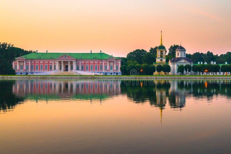 Vista di sera del museo Kuskovo, precedente proprietà della riserva dello stato del paese di estate dello XVIII secolo mosca La R fotografia stock