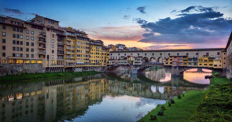 Vista di sera del ponte famoso Ponte Vecchio sul Arno a Firenze, Italia fotografia stock libera da diritti