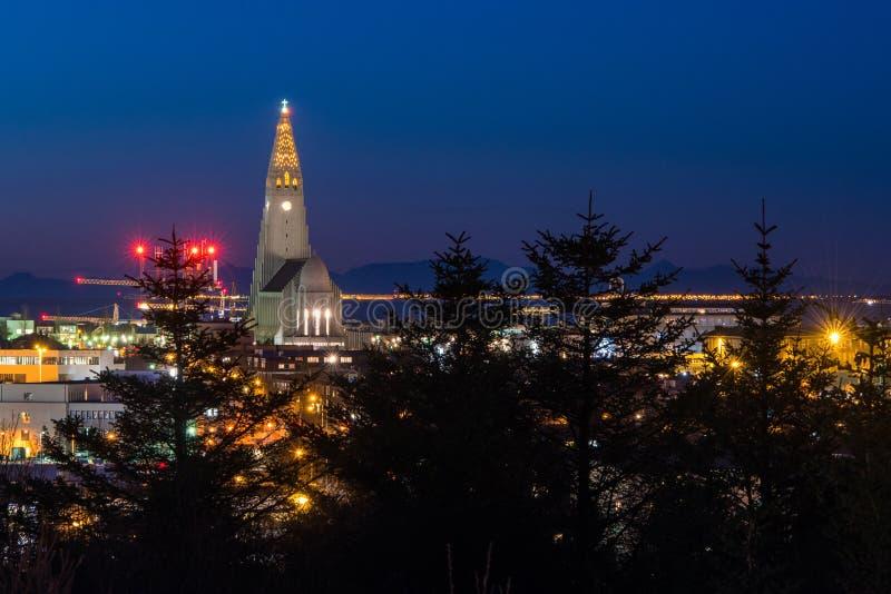 Vista di sera della chiesa famosa di Hallgrimskirkja immagine stock libera da diritti
