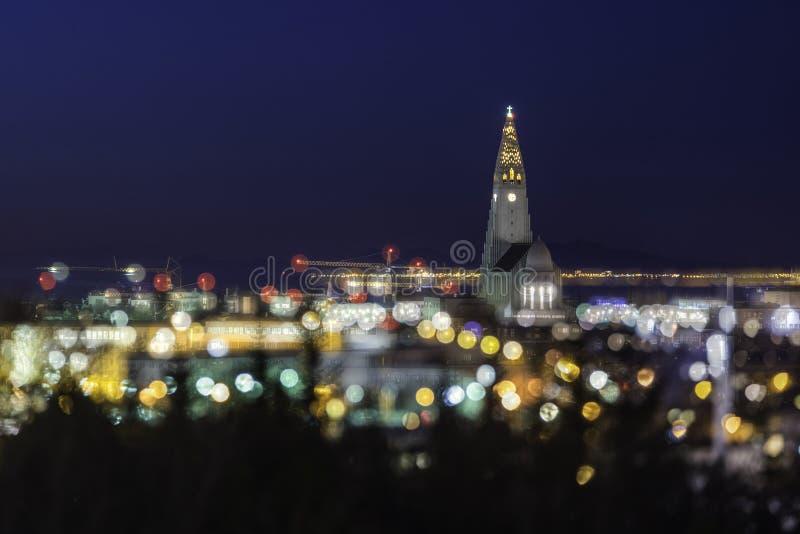 Vista di sera della chiesa famosa di Hallgrimskirkja con effetto di defocus fotografie stock