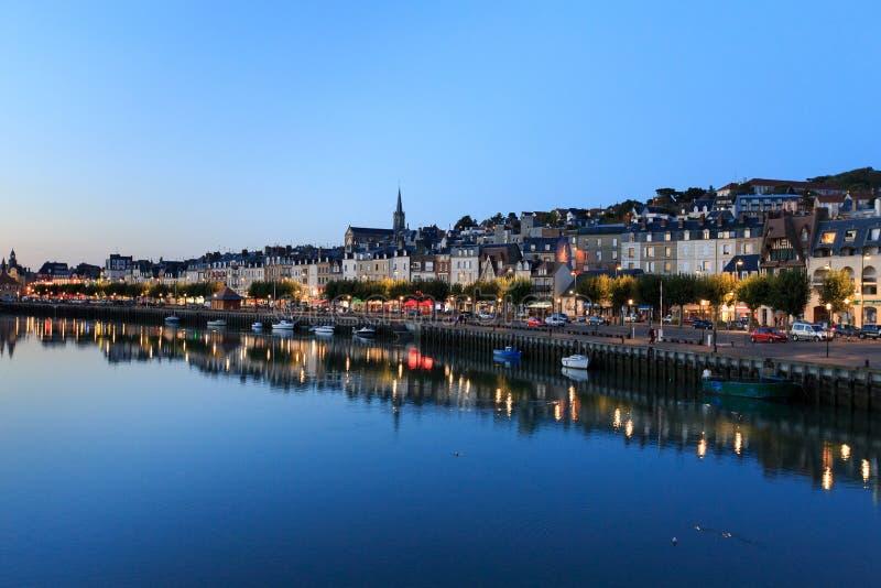 Vista di sera della città della passeggiata di Trouville, Normandia, franco fotografie stock libere da diritti