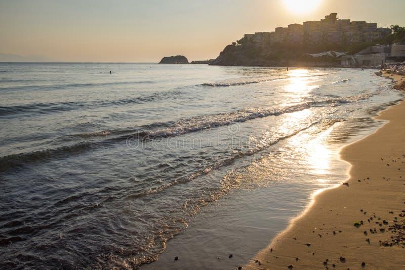Vista di sera della spiaggia e degli hotel sulla costa dell'oceano o del mare fotografia stock