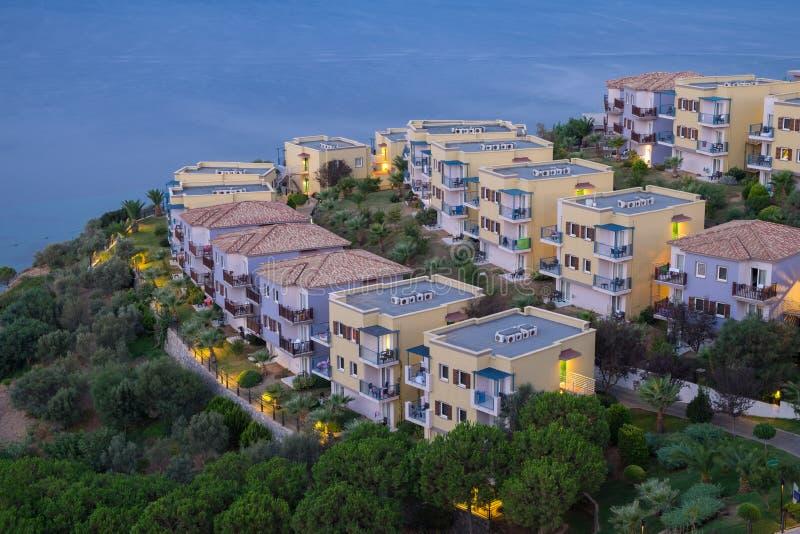 Vista di sera della spiaggia e degli hotel sulla costa dell'oceano o del mare immagine stock libera da diritti