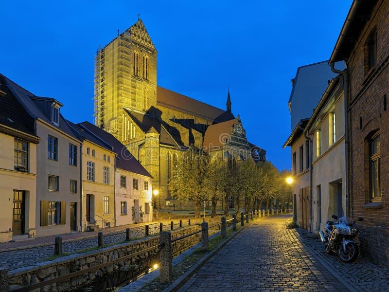 Vista di sera della st Nicholas Church in Wismar, Germania fotografie stock