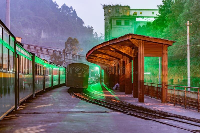 Vista di sera della stazione a scartamento ridotto di Yuejin dal punto di carico del carbone fotografia stock libera da diritti