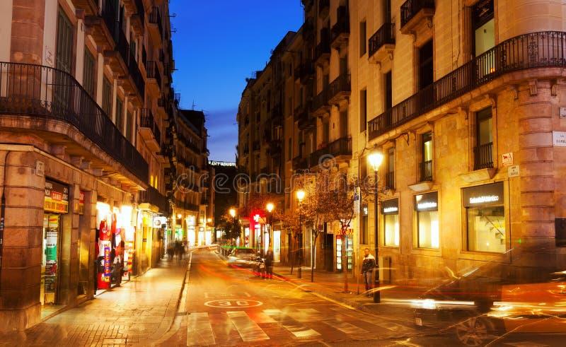 Vista di sera di vecchia via a Barcellona fotografie stock