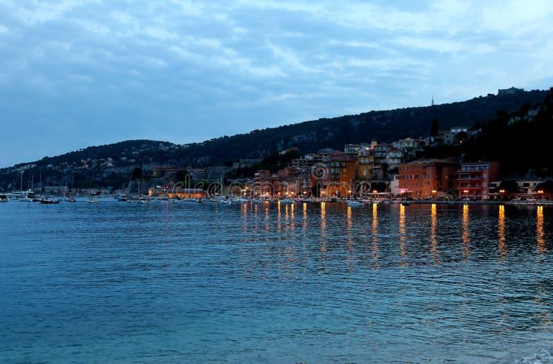 Vista di sera di Villefranche-sur-Mer nel Riviera francese fotografia stock