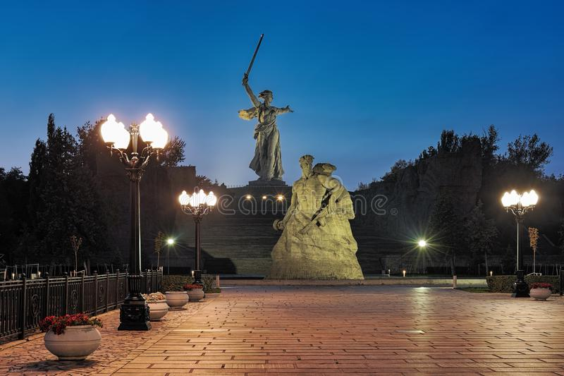 Vista di sera di Mamayev Kurgan a Volgograd, Russia fotografia stock