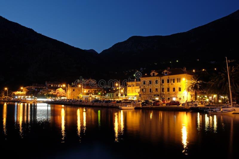 Vista di sera sulla città di Risan, Montenegro fotografia stock libera da diritti