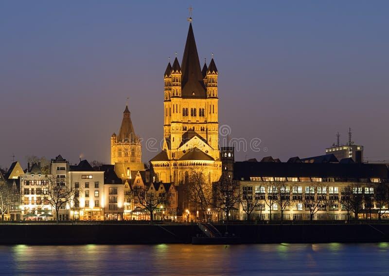 Vista di sera sulla grande chiesa della st Martin a Colonia immagini stock libere da diritti