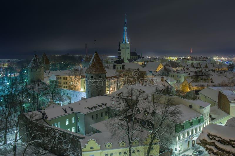 Vista di sera di Tallinn innevata fotografia stock
