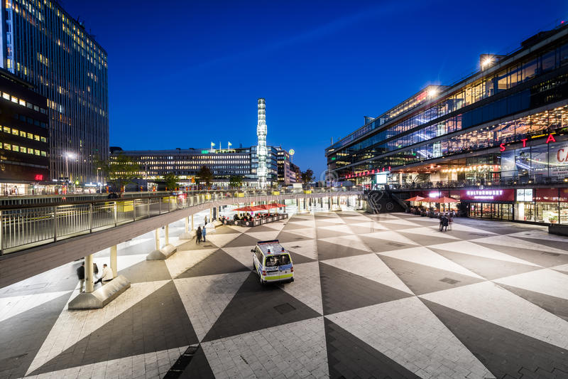 Vista di Sergels Torg alla notte, in Norrmalm, Stoccolma, Svezia fotografia stock libera da diritti