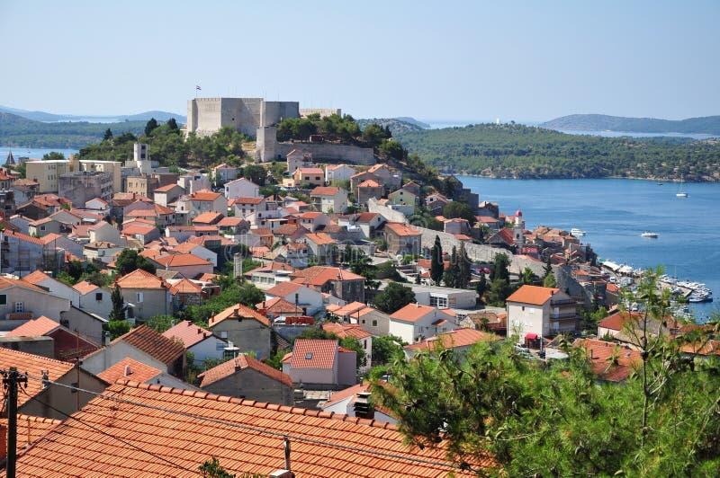 Vista di Sibenik con la fortezza della st Michael fotografie stock
