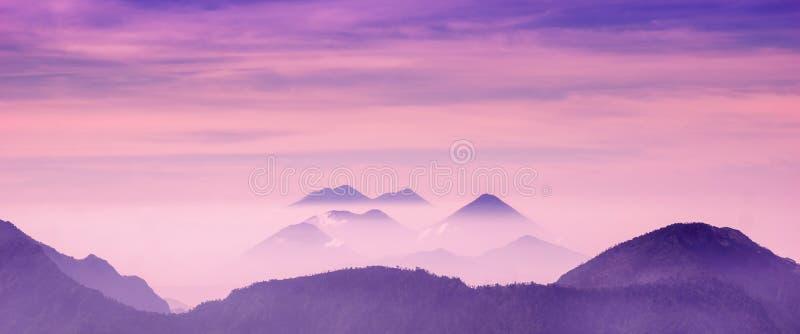 Vista di Skyscape delle montagne porpora fredde con foschia e nebbia vicino a Quetzaltenango fotografie stock libere da diritti