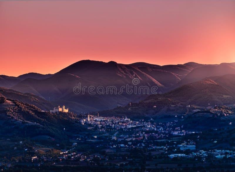 Vista di Spoleto al tramonto immagine stock