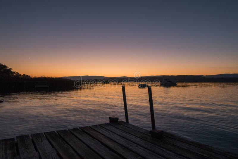 Vista di stordimento del Murtensee unico durante il tramonto in Switzerla immagini stock
