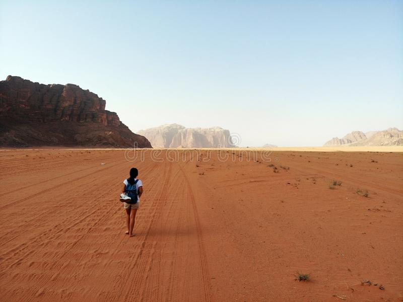 Vista di stupore da sopra sul deserto enorme, rosso, caldo e molto bello Wadi Rum Regno di Giordania, paese arabo in Asia occiden immagine stock