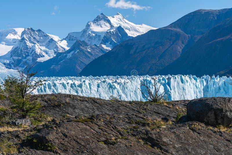 Vista di stupore del ghiacciaio di Perito Moreno, ghiacciaio blu della citt? del ghiaccio dal picco della montagna attraverso il  immagini stock