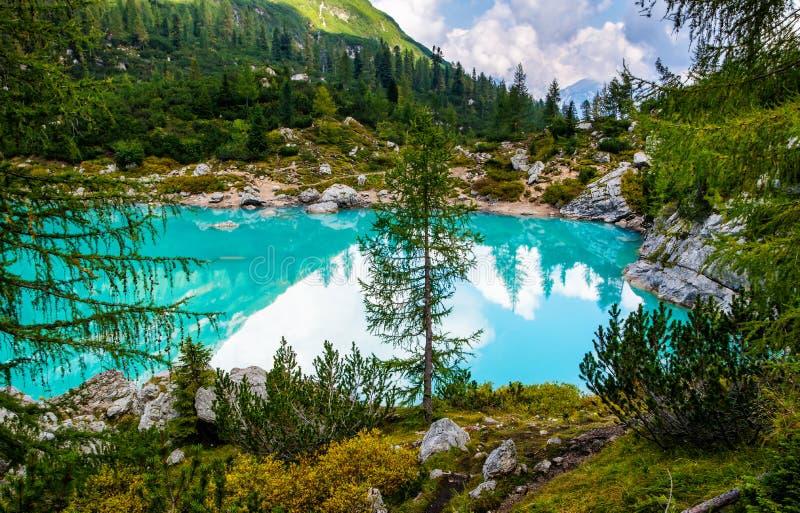 Vista di stupore del lago famoso Sorapis con acqua del turchese Migliore posizione popolare per fotografia e fare un'escursione n fotografie stock libere da diritti