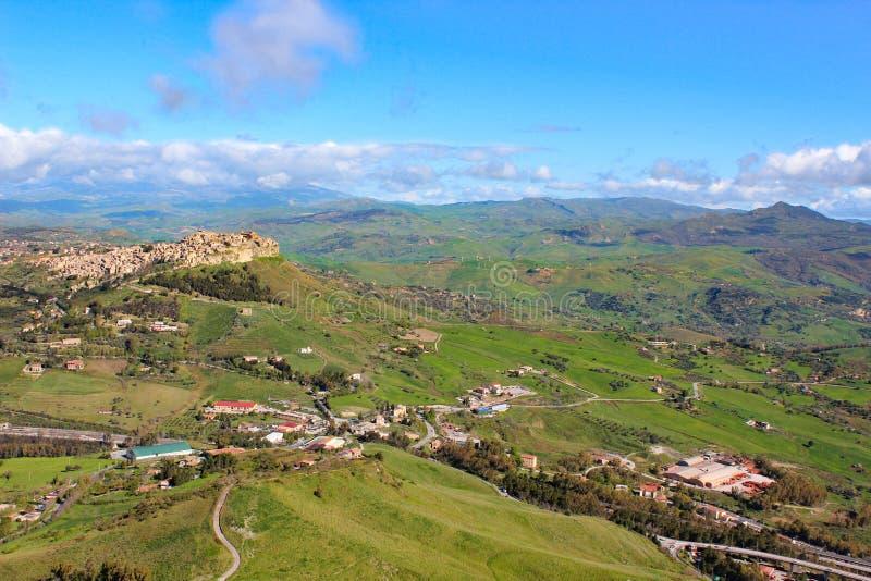 Vista di stupore del villaggio Calascibetta in Sicilia presa con paesaggio collinoso verde adiacente Fotografato dal punto di vis immagine stock libera da diritti