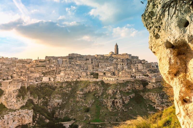 Vista di stupore della città antica di Matera, Sassi di Matera, Basilicata, Italia del sud, tramonto della molla fotografie stock