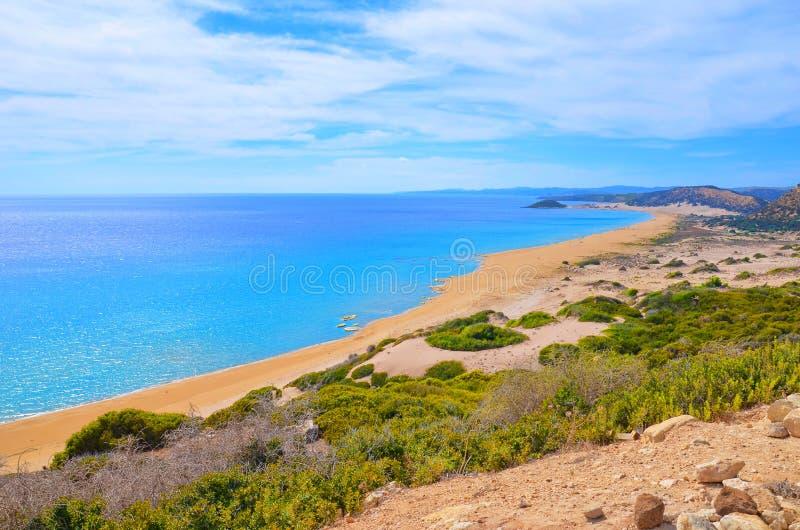 Vista di stupore della spiaggia dorata in penisola di Karpas, Cipro del Nord turco preso un giorno di estate soleggiato immagini stock libere da diritti