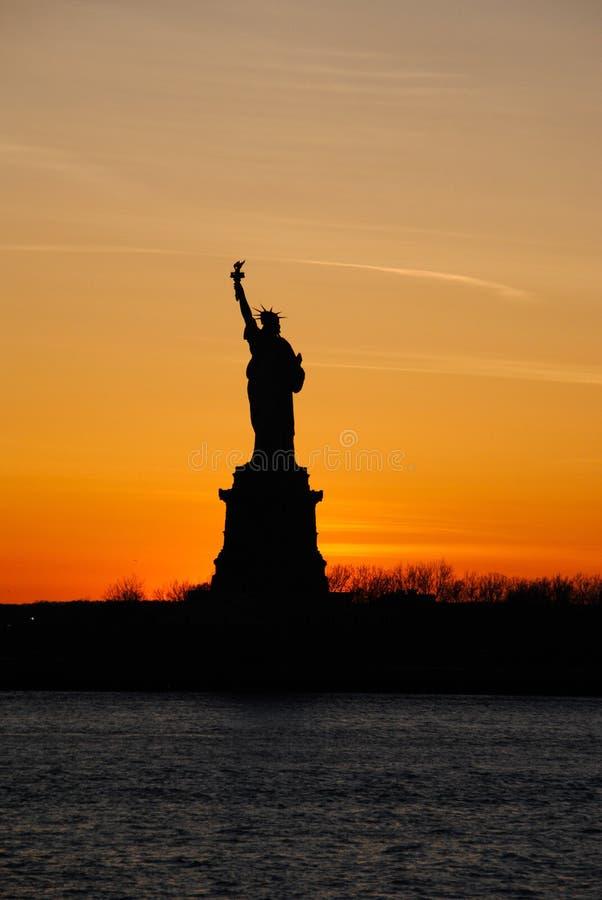 Vista di stupore della statua della libertà, al tramonto fotografia stock libera da diritti