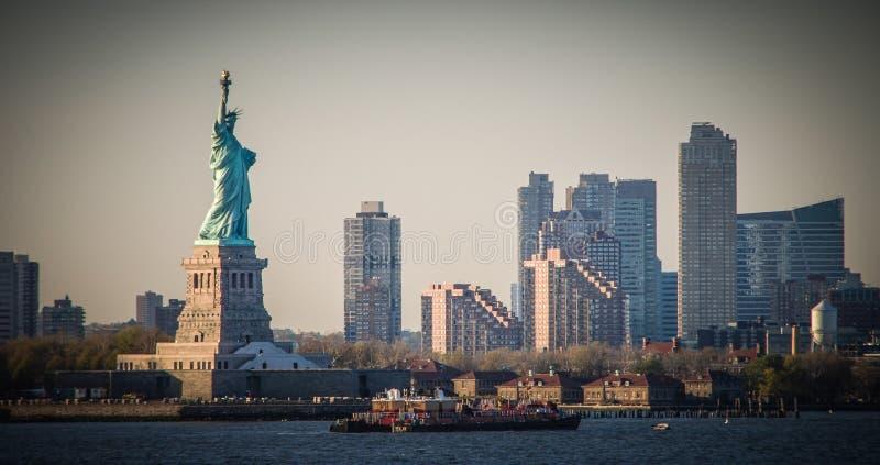 Vista di stupore della statua della libert?, al tramonto fotografia stock libera da diritti