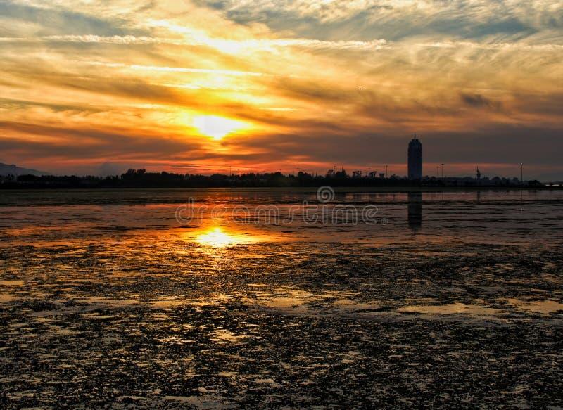 Vista di stupore di tramonto da una bei foresta e lago da Smirne, Turchia fotografia stock libera da diritti