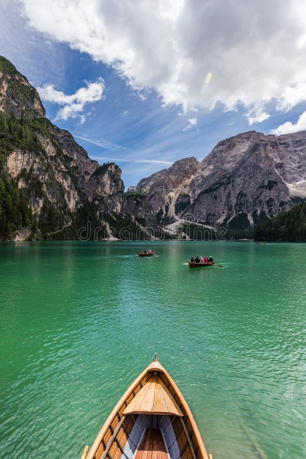 Vista di stupore di turchese Lago di Braies Lake o Pragser Wildsee in montagne della dolomia, Italia immagine stock libera da diritti