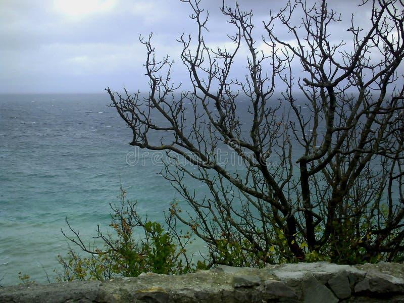 Vista di vista sul mare nel giorno nuvoloso fotografia stock