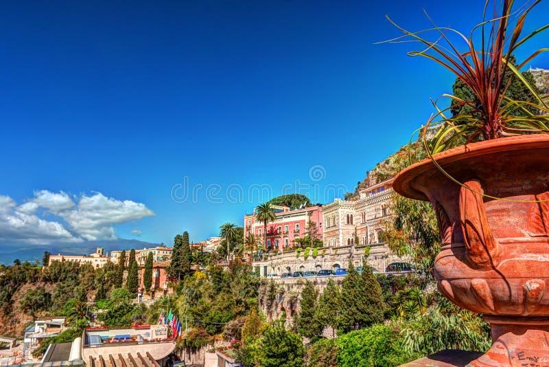 Vista Di Taormina - Località Di Soggiorno Famosa In Sicilia, Italia ...
