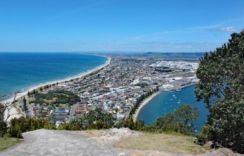 Vista di Tauranga dal supporto Maunganui in Nuova Zelanda Molta gente è sulla spiaggia che gode del tempo perfetto fotografie stock libere da diritti