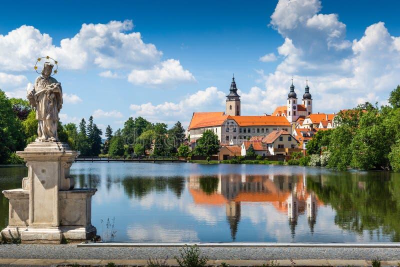 Vista di Telc attraverso lo stagno con le riflessioni, sito del patrimonio mondiale dell'Unesco, Moravia del sud, repubblica Ceca immagini stock libere da diritti