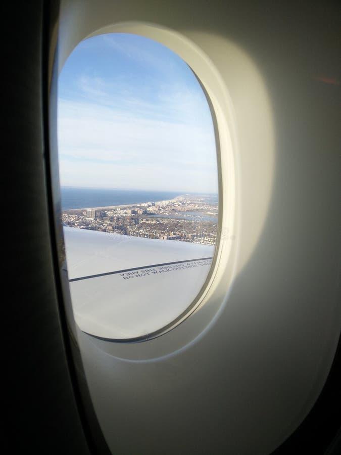 Vista di terra attraverso una finestra piana fotografia stock