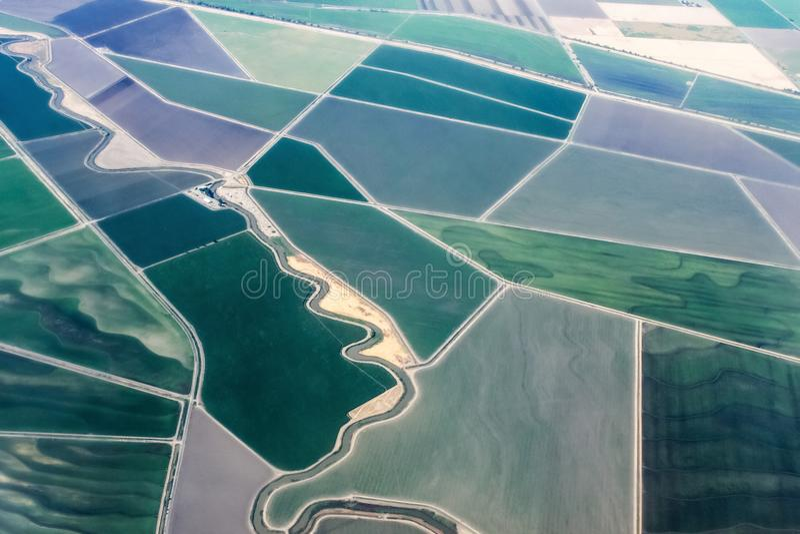Vista di terreno coltivabile irrigato dal cielo - preparandosi alla terra nell'aeroporto di Sacramento California immagine stock