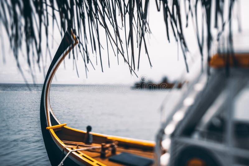 Vista di Tiltshift di una barca variopinta vicino ad un warf fotografie stock