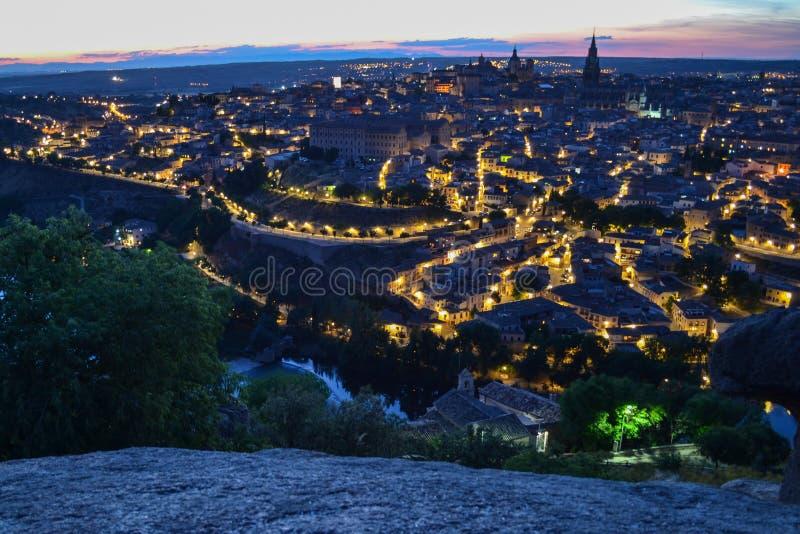 Vista di Toledo, Spagna, alla notte con le luci di una lampada dal del di Piedra immagine stock libera da diritti