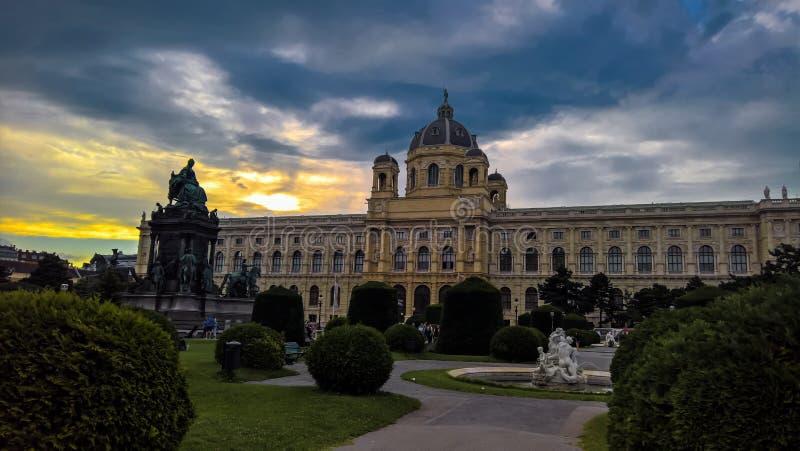Vista di tramonto alla statua di Maria-Theresa, di Maria-Theresien-Platz ed al museo di Histori della cultura, Vienna, Austria fotografia stock libera da diritti
