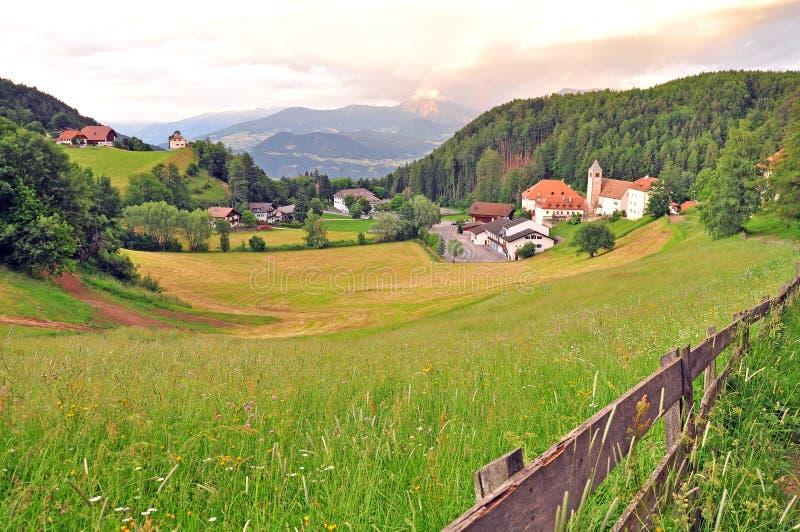 Vista di tramonto di bello villaggio alpino su estate fotografia stock libera da diritti