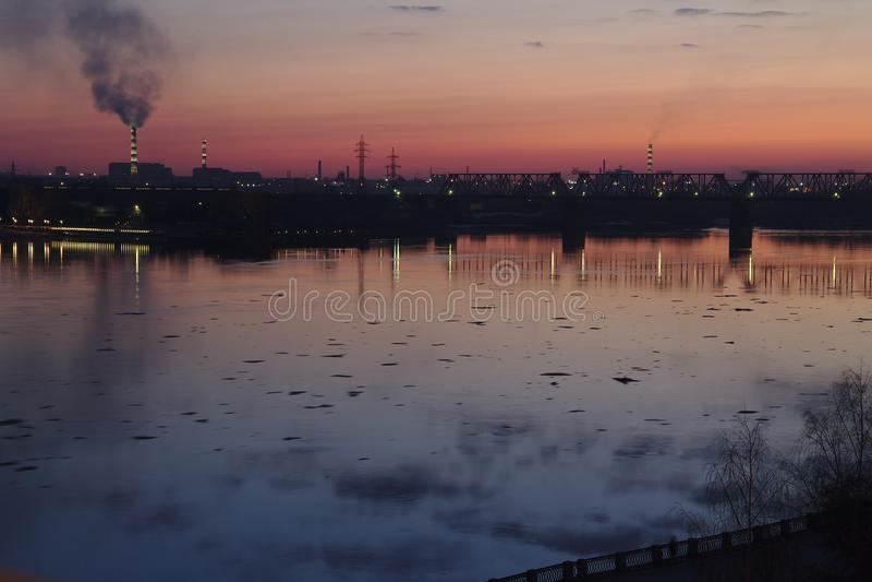 Vista di tramonto dalla banchina del fiume fotografie stock
