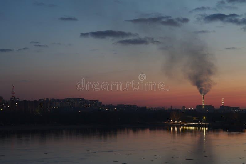Vista di tramonto dalla banchina del fiume fotografia stock