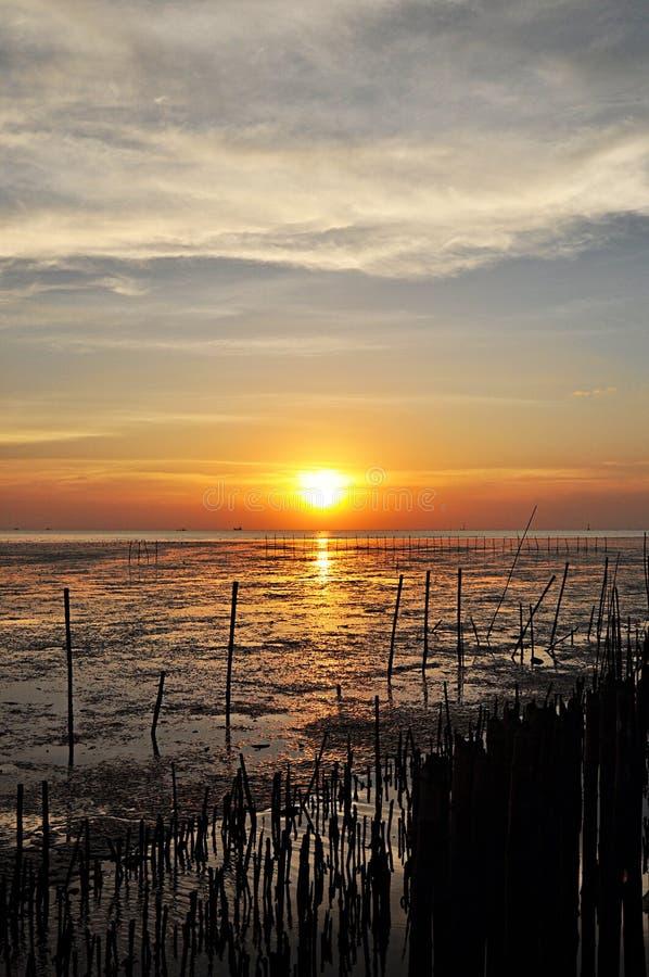 Vista di tramonto dalla costa di mare fotografia stock