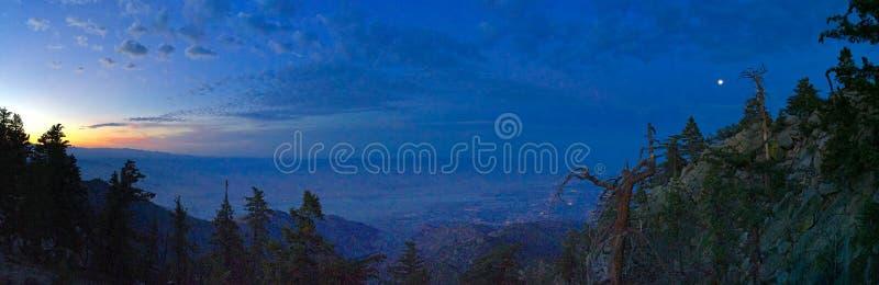 Vista di tramonto dalla linea tranviaria aerea del Palm Springs verso Coachella Valley fotografia stock