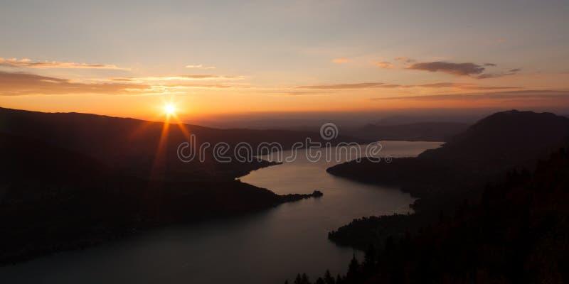 Vista di tramonto del lago annecy da Col du Forclaz immagine stock libera da diritti