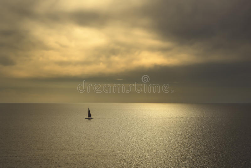 Vista di tramonto del mare dell'oceano e barca a vela nera Mar Mediterraneo L'IT fotografie stock